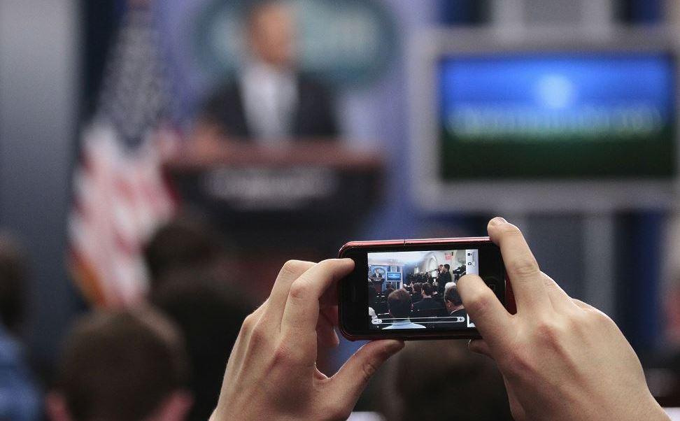 """La semana pasada, el portavoz de la Casa Blanca, Sean Spicer, convocó a los empleados para una """"reunión de emergencia"""" y fuentes presentes precisaron que tuvieron que dejar sus aparatos en una mesa para un """"chequeo"""". (AP, archivo)"""