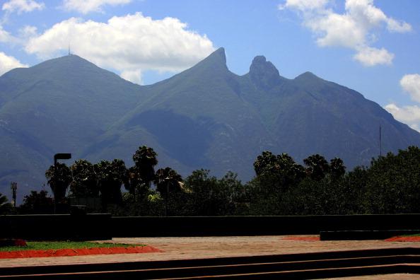 Vista panorámica del cerro de la silla en Monterrey; el sistema que mide la calidad del aire en Nuevo León presenta fallas (Getty Images, archivo)