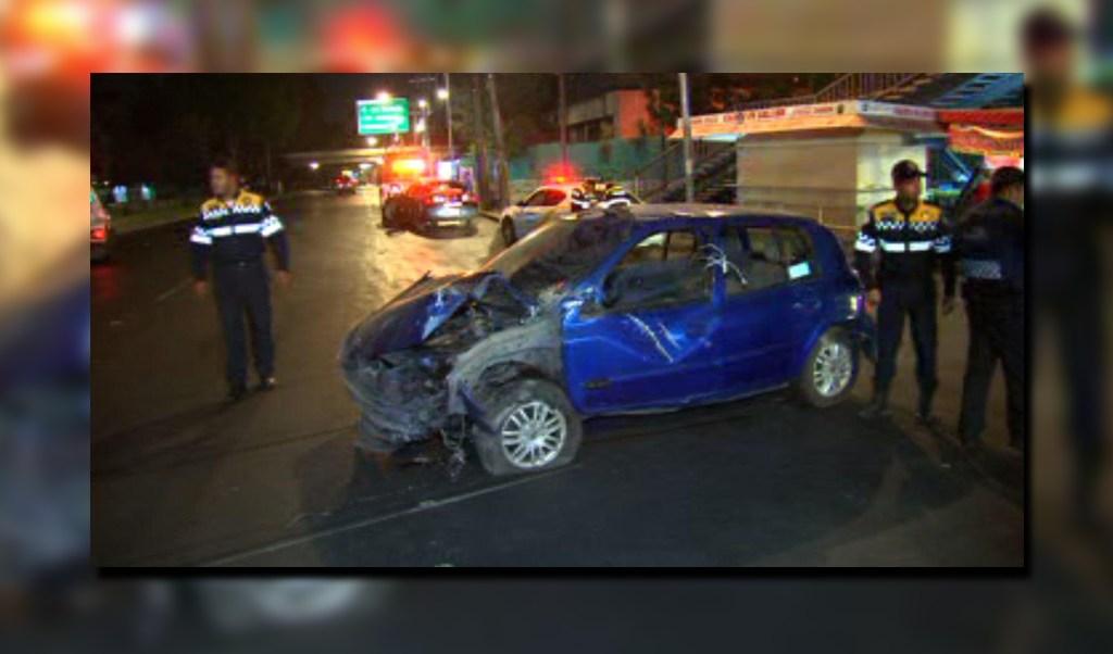 Vehículo se impacta contra las instalaciones del tren ligero en calzada de Tlalpan; dos jóvenes requieren hospitalización (Noticieros Televisa)