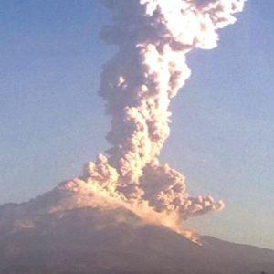 Las columnas de ceniza que arroja el Volcán de Fuego de Colima después de cada explosión, se esparcen por lo menos 30 kilómetros (Twitter/@berthareynoso)