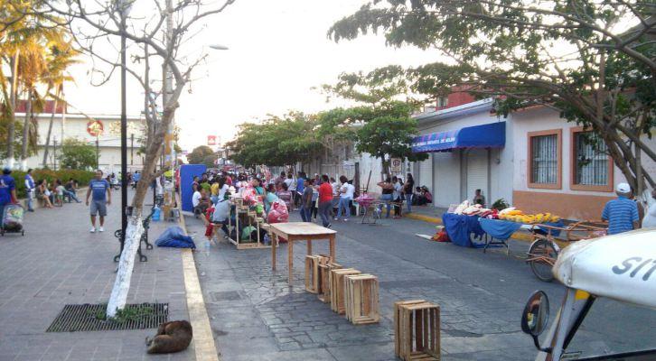 Comerciantes ambulantes instalados en parque municipal de Juchitlán, Oaxaca; se enfrentan con policías durante un operativo. (ADN Sureste)