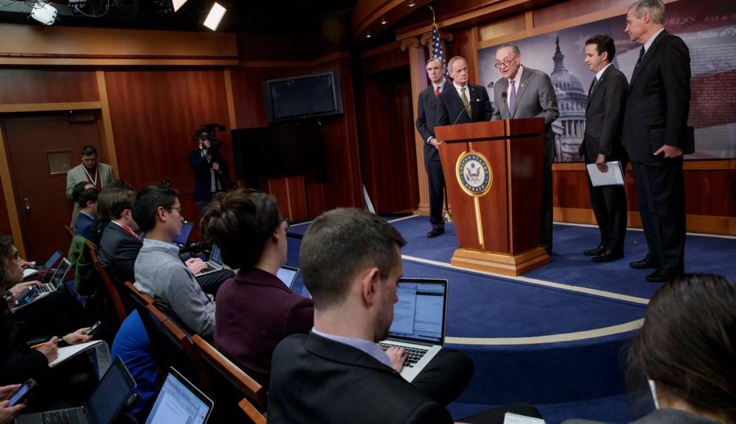 Demócratas intentan retrasar el voto hasta que se divulguen los correos electrónicos de Pruitt con grupos representantes de la industria petrolera. (AP)