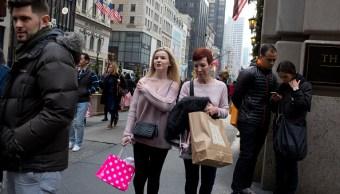 Dos mujeres realizan compras en las tiendas minoristas de EU (Getty Images)