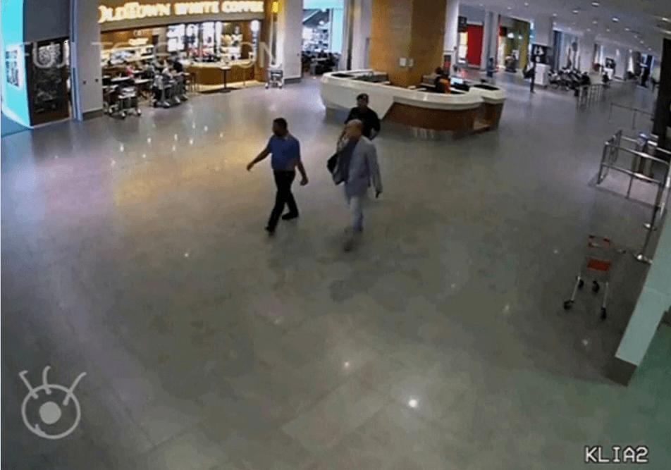 El hermano del líder de Corea del Norte camina por el aeropuerto de Kuala Lumpur. (Reuters)