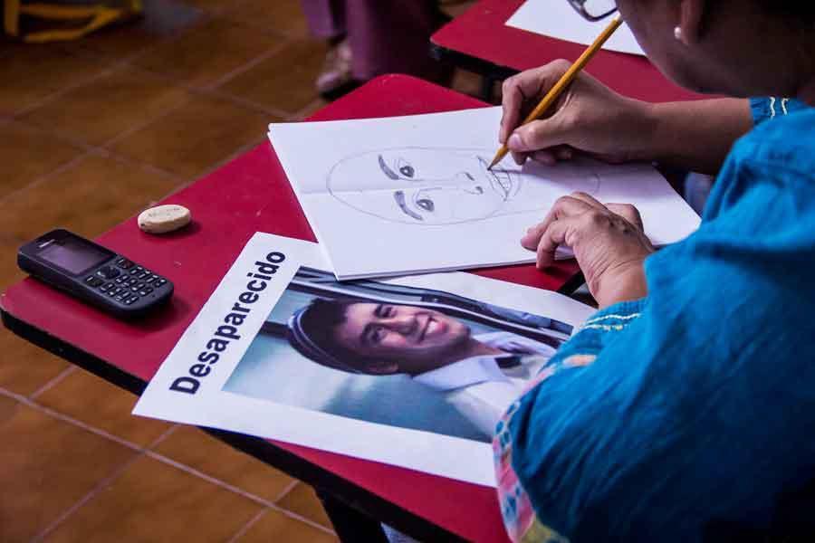 Mujer practica el retrato en Casa Nicolás, del artista Damián Ontiveros; la organización integra a migrantes a sus talleres de pintura (damianontiveros.com)