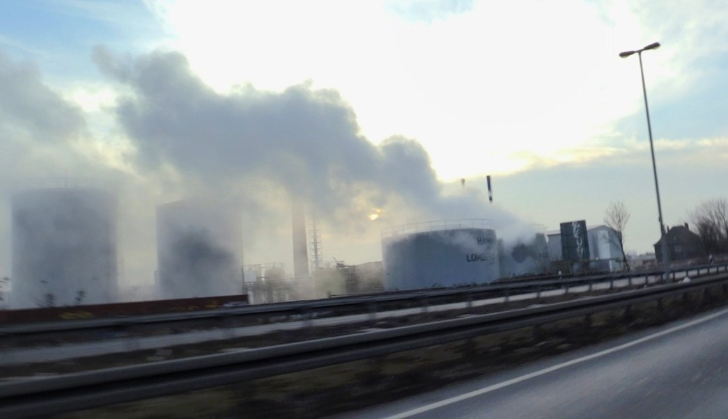 Derrame de ácido sulfúrico de los tanques de una compañía química en Alemania, se convierte en una nube tóxica. (AP)
