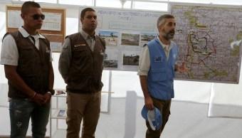 Alvaro Torres, de la Armada Española, junto a un oficial de policía colombiano y un rebelde de las FARC, todos miembros de un mecanismo tripartito de monitoreo y verificación coordinado por las Naciones Unidas, en un área cercana al lugar donde los rebeldes de las FARC entregarán sus armas a los observadores de la ONU. (AP, archivo)