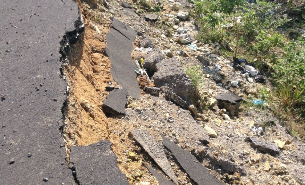Deslave en la carretera interejidal, en Veracruz, no ha sido reparado desde diciembre; permanece el riesgo de accidente por falta de señalización