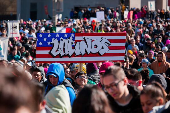 Durante la marcha los participantes desplegaron pancartas y banderas de Estados Unidos y México. Getty Images)