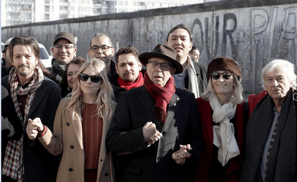 Diego Luna protesta contra el muro de Trump ante un fragmento del Muro de Berlín. (AP)