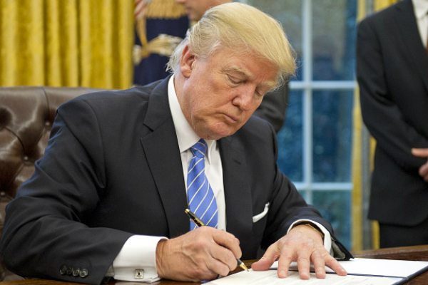 El presidente Donald Trump firma la orden ejecutiva contra la ley Dodd-Frank (Getty Images)
