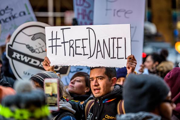 Manifestantes piden la liberación de Daniel Ramírez Medina; defensores de los migrantes dicen que las nuevas directrices migratorias de Estados Unidos dejan vulnerables a los dreamers