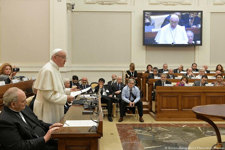 El papa Francisco participa en el seminario internacional sobre el derecho humano al agua, en el Vaticano. (Reuters)