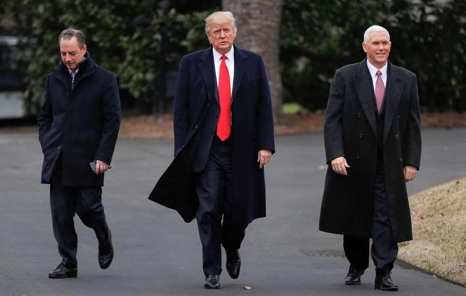 El presidente de Estados Unidos, Donald Trump, camina con el vicepresidente, Mike Pence.
