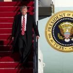 El presidente de Estados Unidos, Donald Trump, desciende del Air Force One.