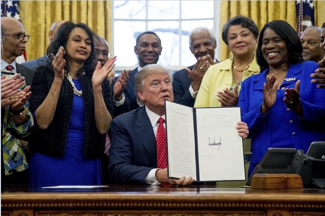 El presidente de Estados Unidos, Donald Trump, firma una orden ejecutiva.