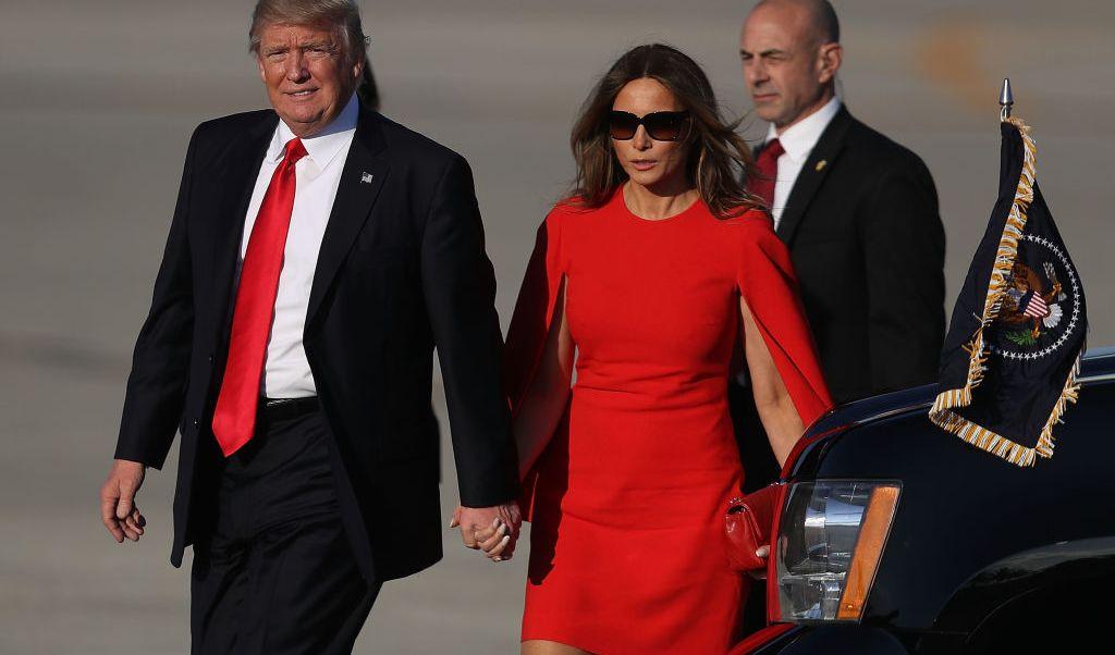 El presidente de Estados Unidos, Donald Trump, y su esposa, Melania Trump, a punto de abordar el Air Force One.