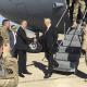 El secretario de Defensa de EU, James Mattis, es recibido por el embajador estadounidense Douglas Silliman en Bagdad. (AP)