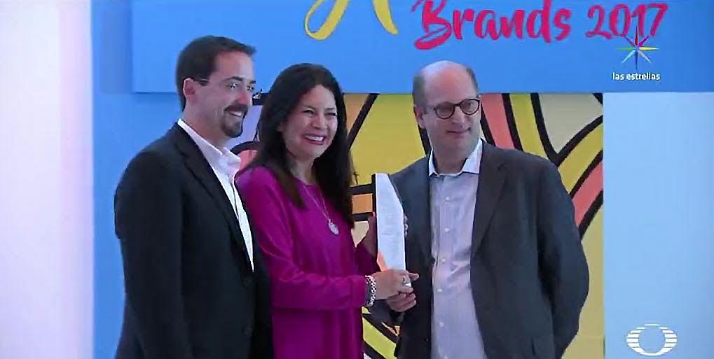 Elsa Vizcarra, vicepresidenta de Planeación Comercial de Televisa, recibe el reconocimiento Óscar de la Mercadotecnia. (Noticieros Televisa)