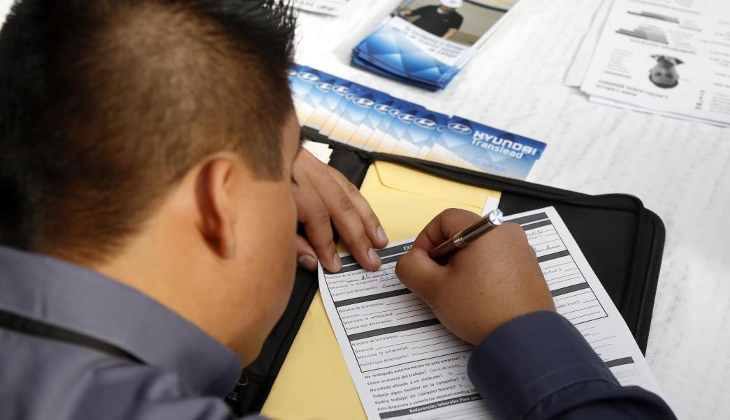 Foto ilustrativa de un hombre llenando una solicitud de empleo (Notimex)