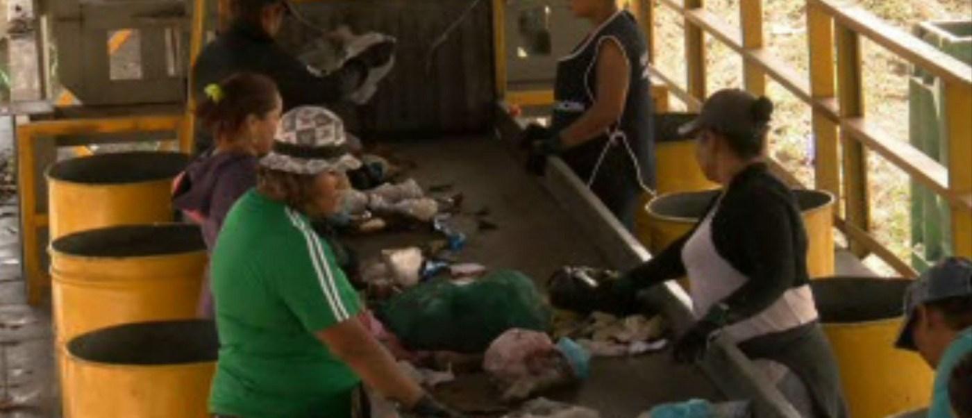 Empresa recicladora contrata a pepenadoras de basura en Veracruz. (Noticieros Televisa)