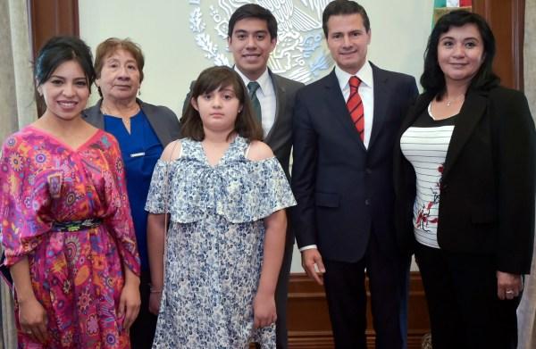 Yair Piña estuvo acompañado por su familia en Los Pinos.