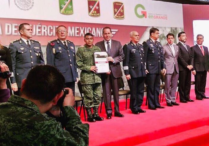 En el Palacio de Gobierno, en Toluca, Ávila Villegas entregó estímulos a militares destacados en el marco del 104 Aniversario del Ejército (Twitter @eruviel_avila)