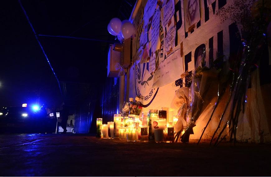 Colocan altar en la entrada del Colegio Americano del Noreste, donde un menor atacó con un arma a su maestra y compañeros de clase; evoluciona la salud de una de las víctimas (NTX, archivo)