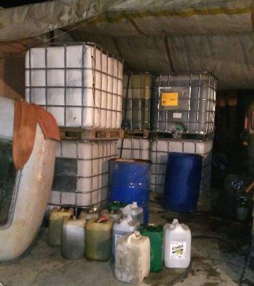 En el sitio también se ubicaron dos vehículos, en los que se encontraban dos tambos vacíos, con capacidad para 200 litros (Twitter/@SSP_CDMX)
