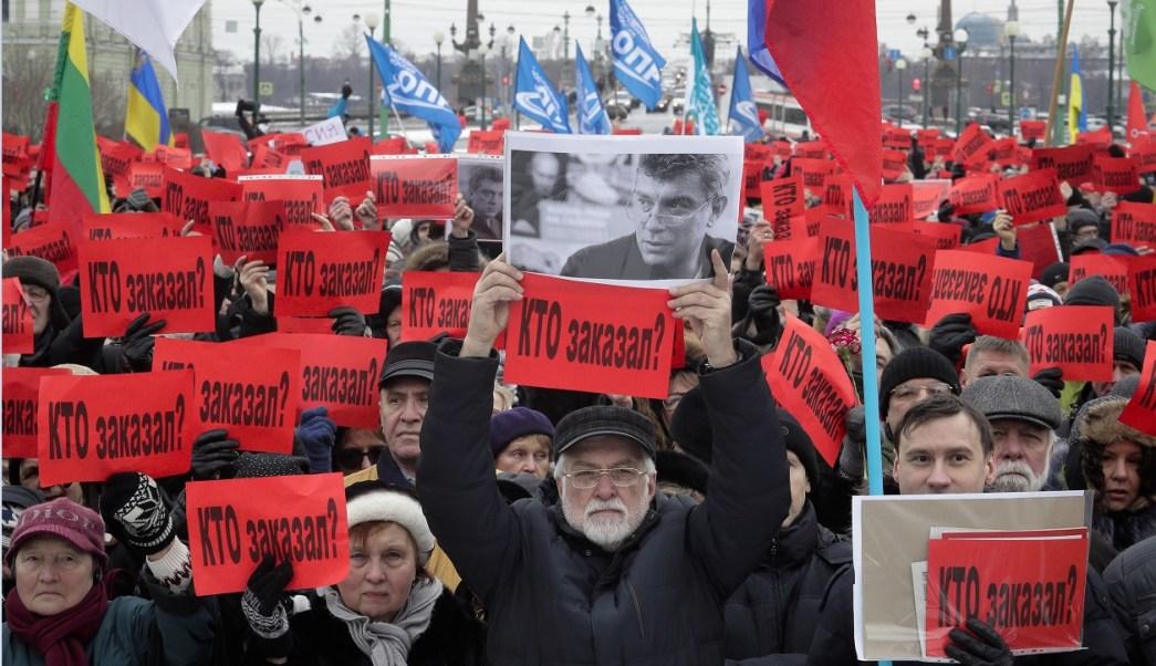 Más de 15,000 personas marcharon por el centro de Moscú para clamar justicia en el segundo aniversario del asesinato del líder opositor Boris Nemtsov (AP)