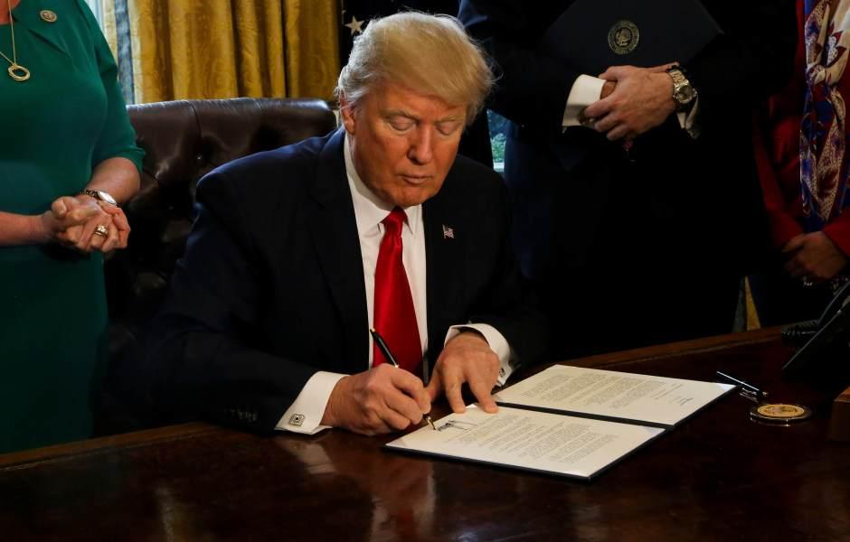 El presidente Donald Trump firmó una orden ejecutiva que vetaba la entrada a Estados Unidos a los inmigrantes procedentes de Irak, Yemen, Irán, Somalia, Sudán, Siria y Libia, además de los refugiados sirios. (Getty images/archivo)