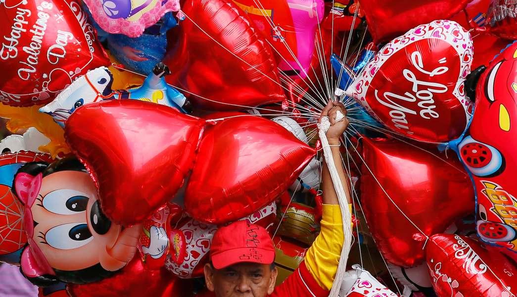 Globos metálicos del Día de San Valentín (AP)