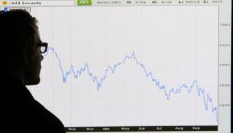 Un hombre revisa la gráfica del comportamiento de la Bolsa de Londres durante un año (Getty Images)