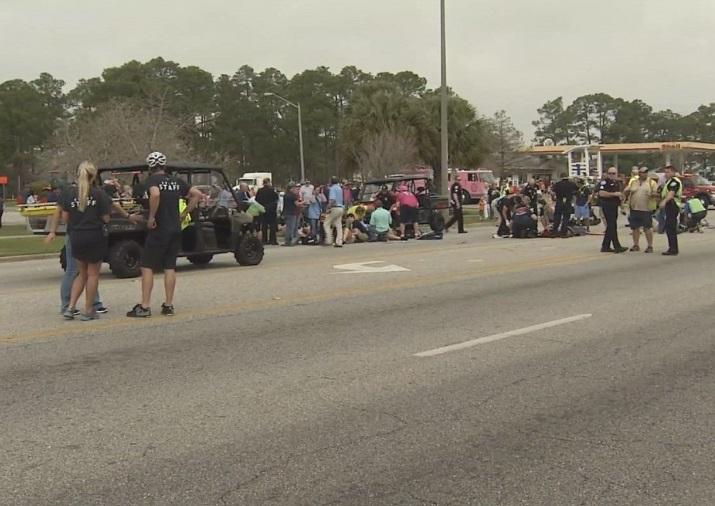 Personas reciben atención médica al ser impactadas por un vehículo durante el desfile de Mardi Gras en Alabama, Estados Unidos (Twitter @BreakingNewsHQ1)