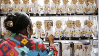 Imagen del 22 de septiembre de 2015 que muestra a una mujer comprando souvenirs del papa Francisco en Estados Unidos. (AP, archivo)
