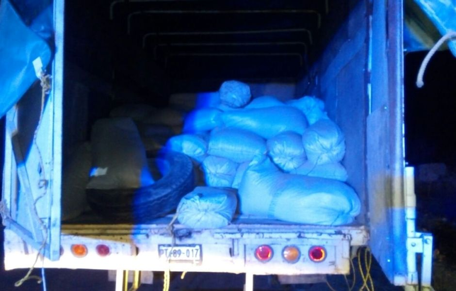 La droga era transportada bajo costales de sorgo en un camión de carga