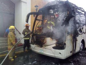 Un autobús se incendia frente a un hotel en el centro histórico de Campeche; no se reportan lesionados