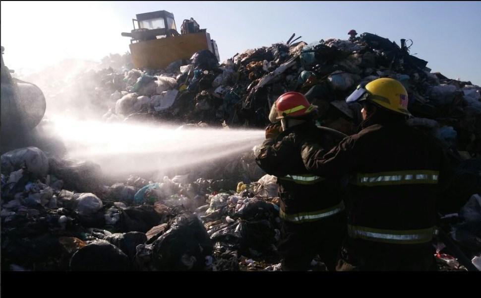 Bomberos controlan incendio en reciclador en Tlaquepaque, Jalisco.