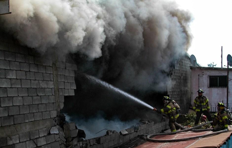 Bomberos de Tijuana sofocan un incendio que afectó a un taller de carrocería, un almacén de alfombras y parte de unos departamentos