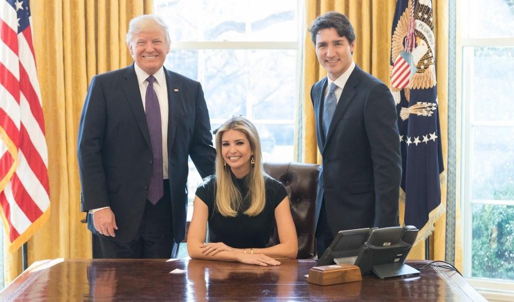 Ivanka Trump aparece sentada en la silla presidencial de la Casa Blanca junto al primer ministro de Canadá, Justin Trudeau, y su padre, el presidente Donald Trump.