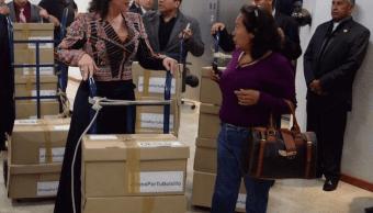 Ivonne Ortega presentó ante la Cámara de Diputados 404 mil 324 firmas de ciudadanos para apoyar su propuesta de reducir en 50 por ciento el impuesto que se cobra a las gasolinas y el diésel. (Facebook)