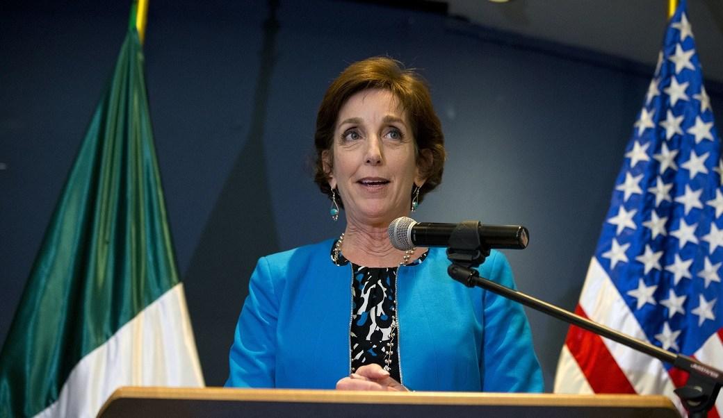 Roberta Jacobson, embajadora de Estados Unidos en México, durante una breve declaración a la prensa (AP/ archivo)