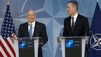 James Mattis, secretario de Defensa de Estados Unidos, y Jens Stoltenberg, secretario general de la OTAN. (AP)
