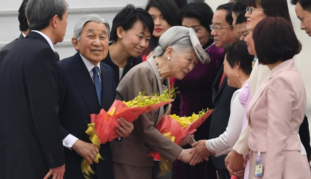 El emperador japonés Akihito y la emperatriz Michiko son recibidos por funcionarios vietnamitas en el Aeropuerto Internacional de Hanoi Noi Bai (Reuters)