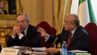 José Ángel Gurría, secretario general de la OCDE, y Pier Carlo Padoan, ministro de Economía de Italia. (Getty Images)