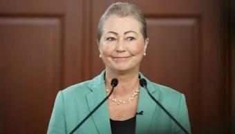 Kaci Kullmann Five, presidenta del Comité del Premio Nobel, anuncia que el presidente colombiano, Juan Manuel Santos, ganó el Premio Nobel de la Paz 2016, durante una ceremonia en Oslo, Noruega. (AP, archivo)