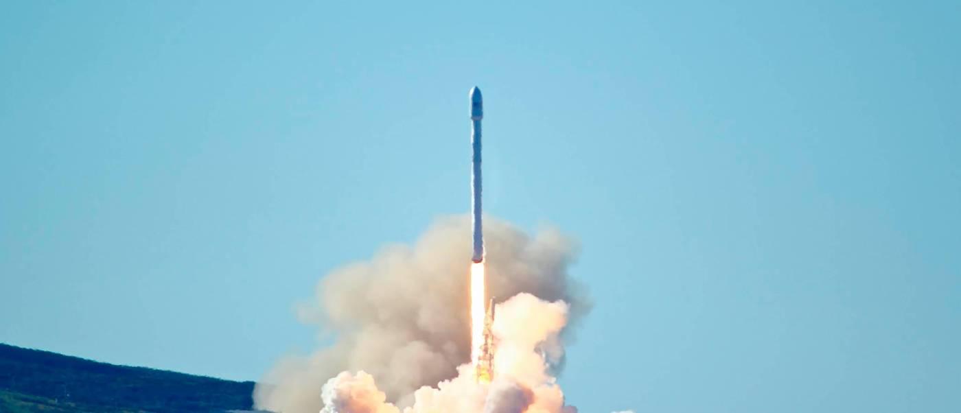 Lanzamiento de cohete Space X Falcon 9.