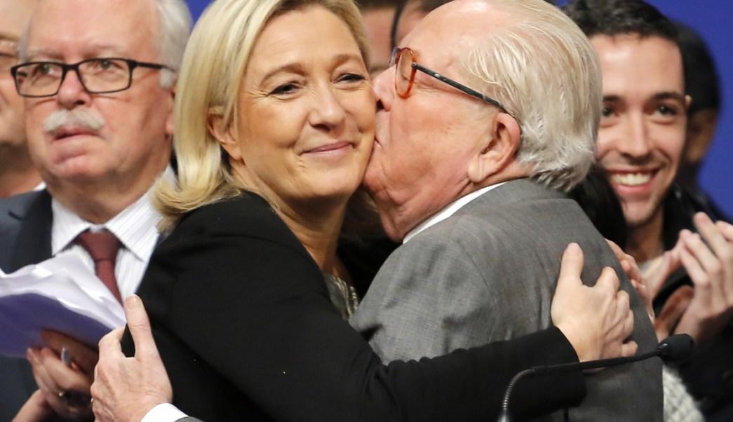 La líder francesa de extrema derecha Marine Le Pen es besada por su padre Jean-Marie Le Pen (AP/archivo)