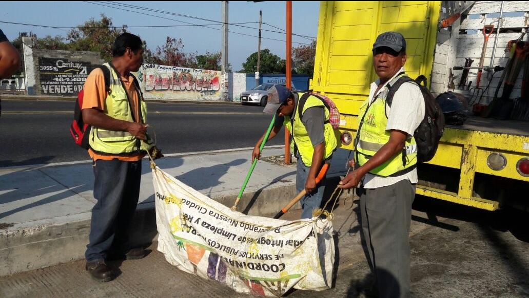 Brigadas de limpieza en el puerto de Acapulco.