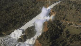 Los niveles de la presa Oroville, en California, obligaron a las autoridades a evacuar a cerca de 200 mil personas. (AP)